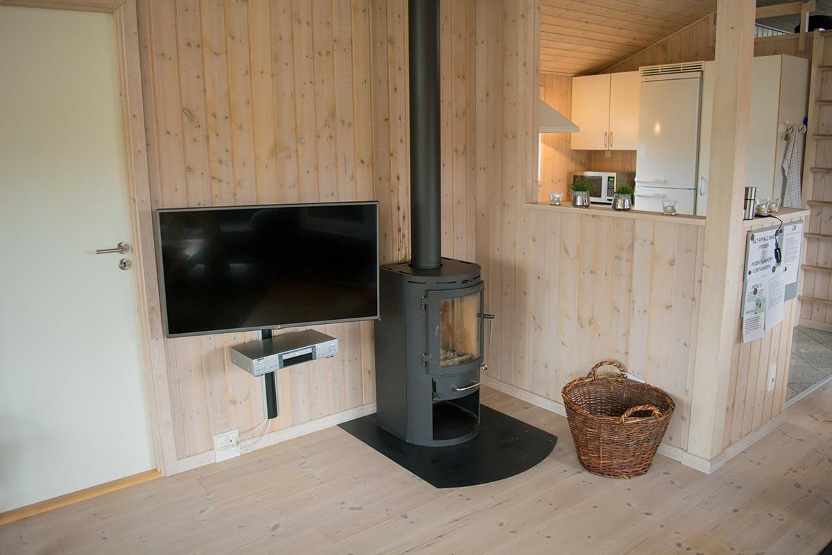 Brændeovn og fladskærms TV i sommerhuset